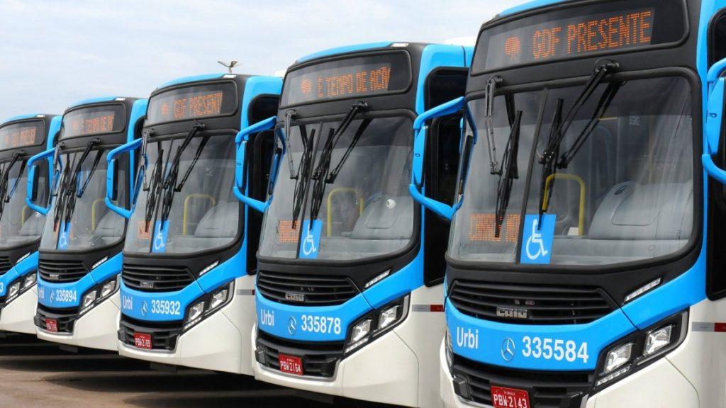 Ônibus com porta dos dois lados começam a circular na EPTG