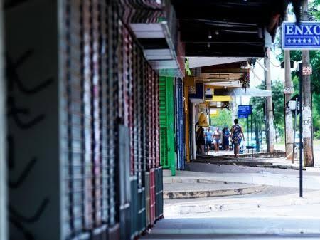 Ibaneis adia para 11 de maio reabertura do comércio e multa para quem não usar máscaras no DF