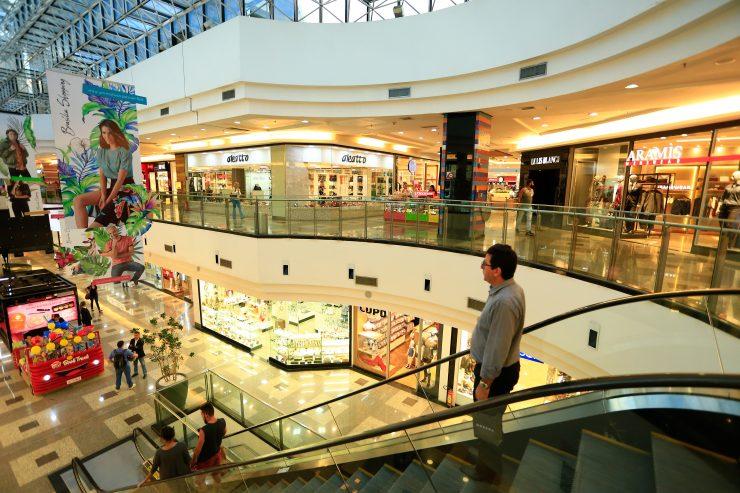Shoppings e lojas comerciais reabertos