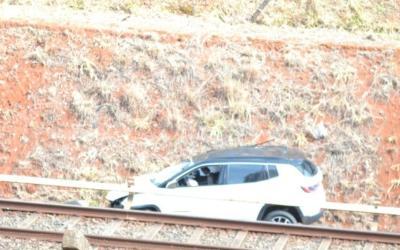 Carro caiu no trilho do metrô na madrugada desta terça
